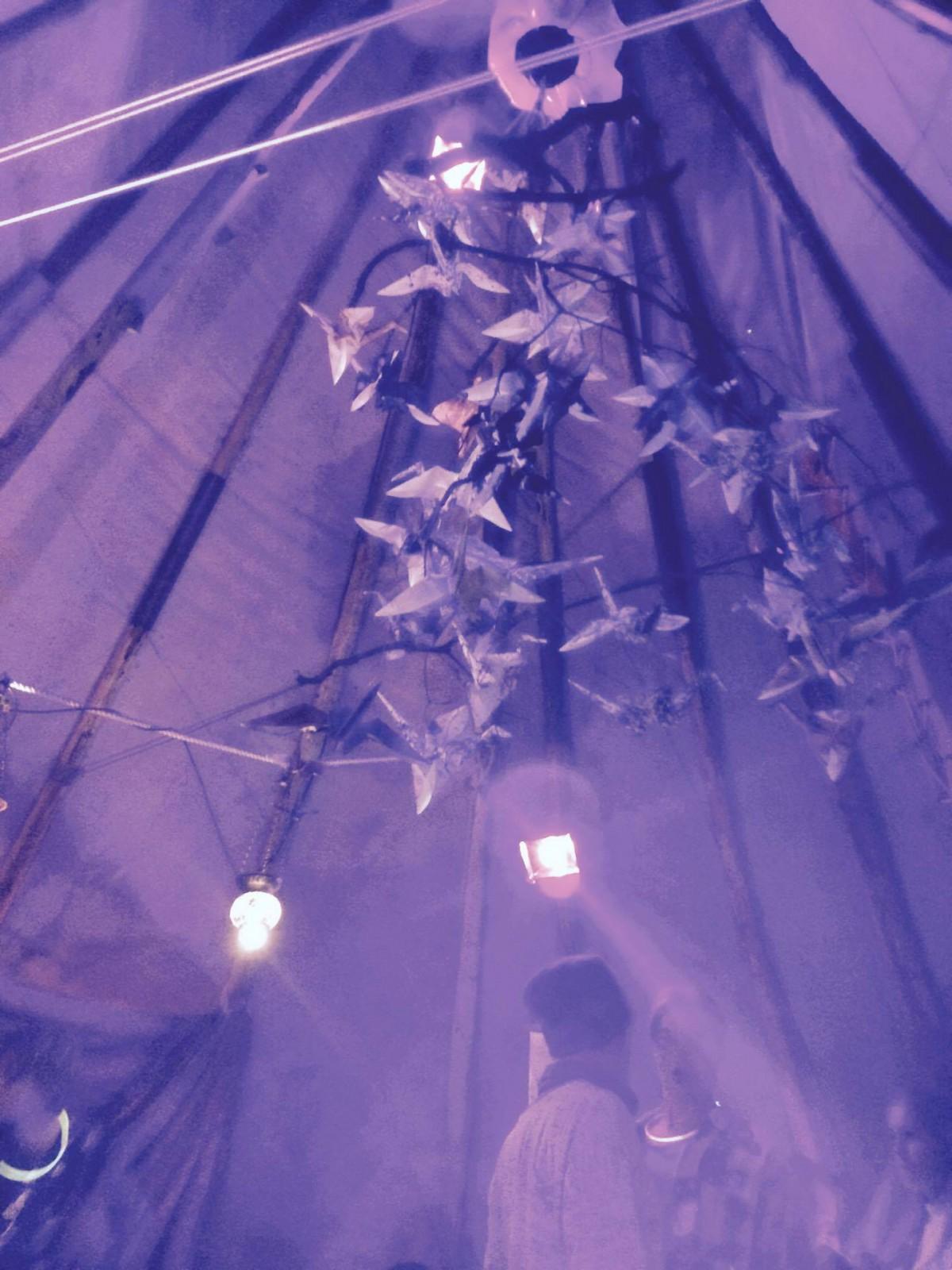 Kraanvogel installatie bij into the woods festival vanuit Valparaiso